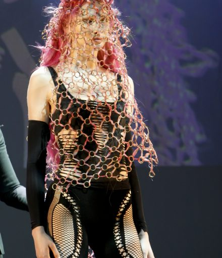 skyler at tribute Paris 2015 pink chain hair